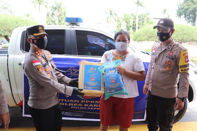 PPKM Mikro Diterapkan, Kapolres Karimun Berikan Bantuan Paket Sembako Kepada Masyarakat