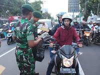 Yonarmed 11 Divif 2 Kostrad Bagikan Takjil Gratis Kepada Masyarakat Kota Magelang