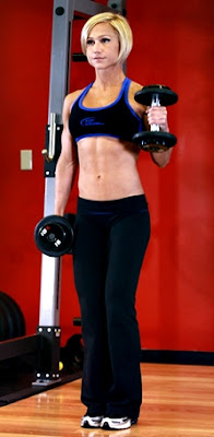 Curl bíceps martillo mancuerna mujer ejercicio rutina