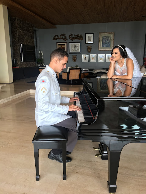 noivo tocando piano de cauda