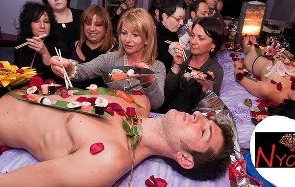 Makanan khas Jepang seperti sushi dan sashimi disajikan di atas tubuh manusia yang telanjang.