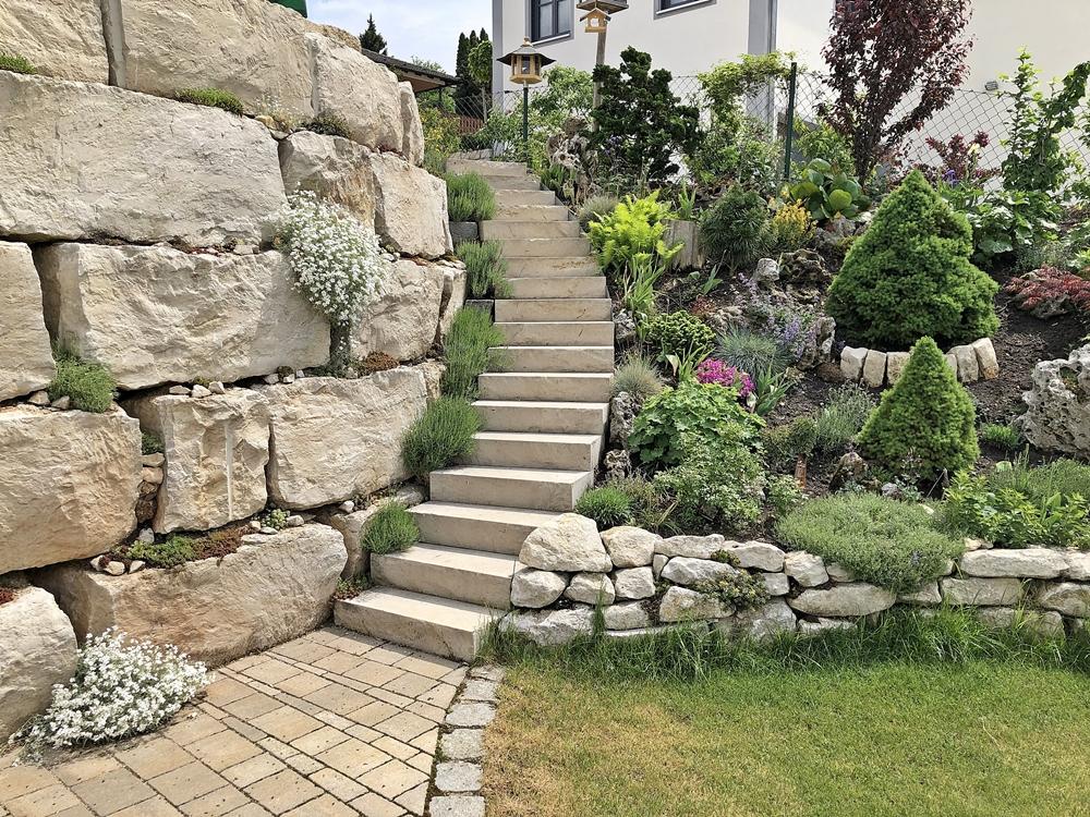 Mit Den Natursteinquadern Haben Wir Kn Drei Meter Hang Abgefangen Und So Eine Stufe Im Garten Geschaffen Wenn Man Treppe Nach Oben Geht