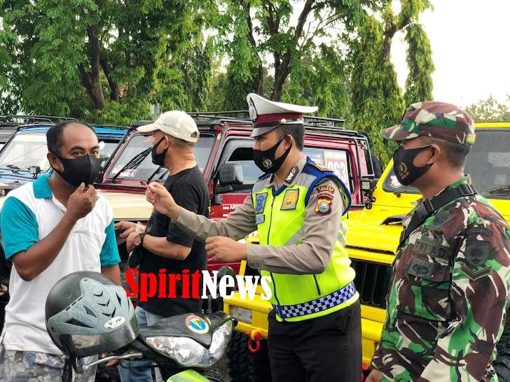 Satlantas Polres Takalar Gandeng Komunitas Membagi Masker Dengan Mengimbau Masyarakat Tetap Taat Protokol Kesehatan