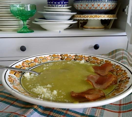 Krem brokułowy z kiełbasą i startym serem