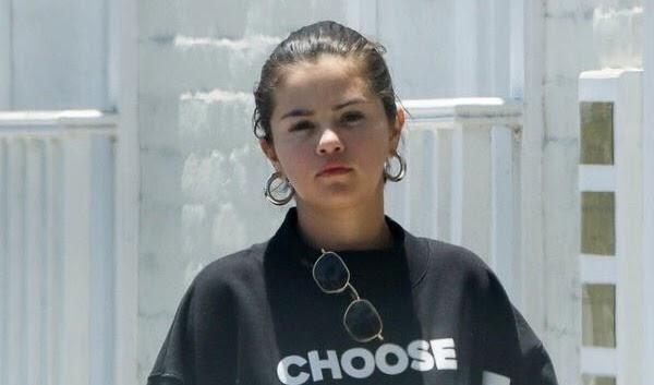 Selena Gomez é vista deixando consultório médico.
