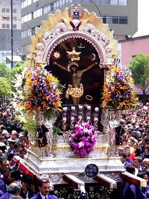 Foto de la Procesión del Señor de los Milagros en Lima - Perú