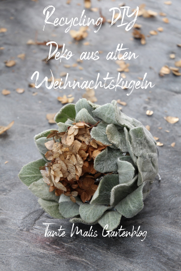Alte Weihnachtskugeln mit Blättern bekleben