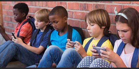 Lindungi Anak dari Ponsel, Agar Tidak Menjadi Generasi 'Nunduk'