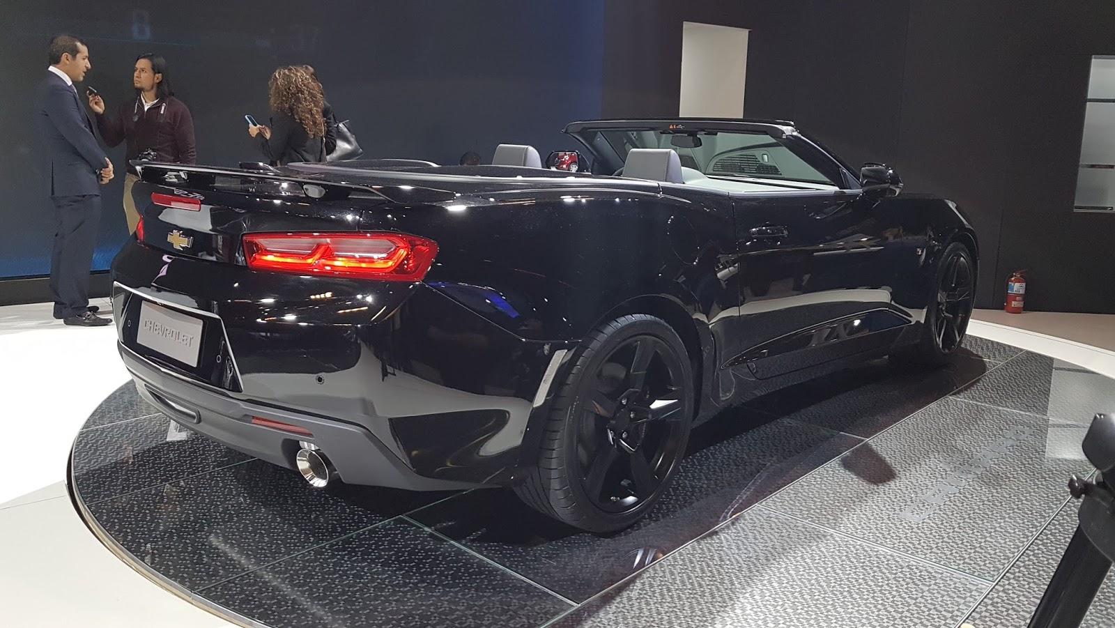 El acabado en negro brillante aplicado en las cubiertas de los retrovisores externos en las ruedas de aluminio 18 y en el emblema chevrolet completan la