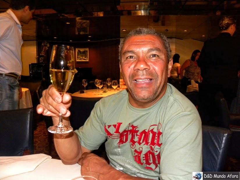 Papis tomando champanhe no navio Zenith em Santos - Cruzeiros marítimos: tudo sobre viagem de navio