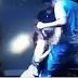 Duas jovens fazem sexo oral em vocalista de banda de pagode durante show