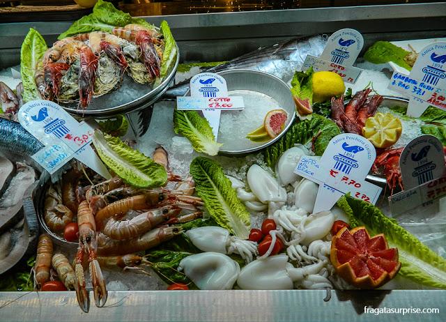 Balcão de frutos do mar no Mercado Central de Termini, Roma