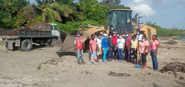 CAC apoya limpieza playa Las Salinas de Villa Central