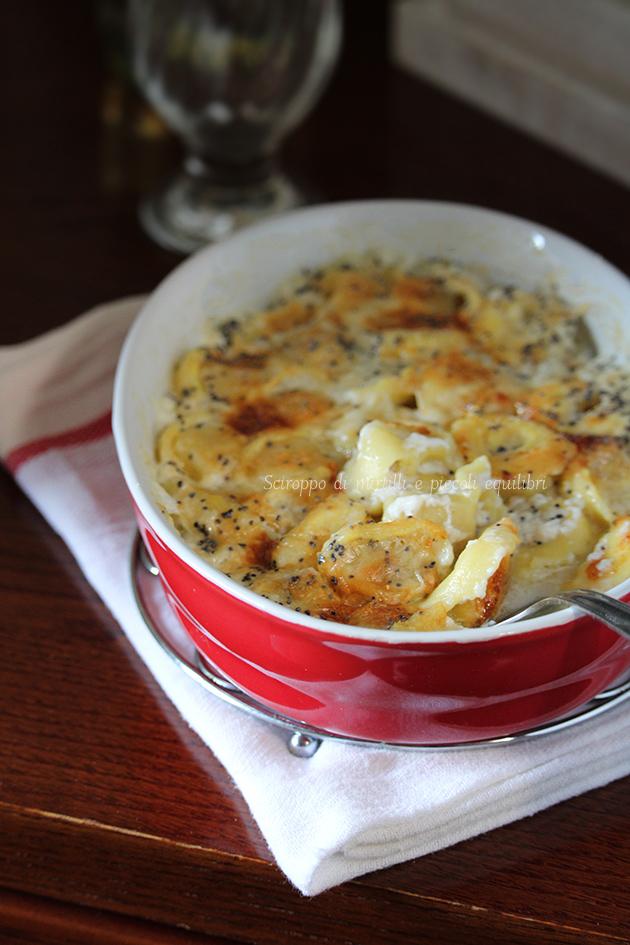 Tortellini con crema di gorgonzola e semi di papavero