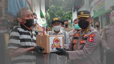 Mantaf! Polri Bagikan Bansos Untuk Buruh Lepas di Grogol Dalam Rangka Sambut HUT Bhayangkara ke-75