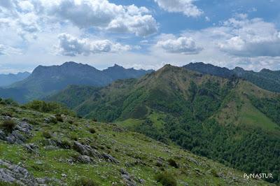 Vistas del Pico Maoñu con La Peña Taranes y La Llambría Subiendo al Vízcares