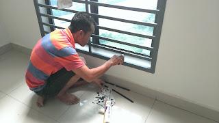 Warih Homestay : Pekerja Sedang Menyapu Silikon Hitam Bagi Hasil Yang Lebih Kuat
