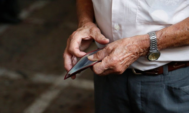 Χυδαίος κοινωνικός αυτοματισμός από τον σύμβουλο του Μητσοτάκη «για τα λεφτά των νέων και των ηλικιωμένων»