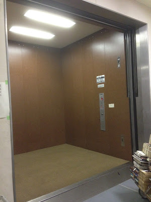 美術館の大型エレベーター