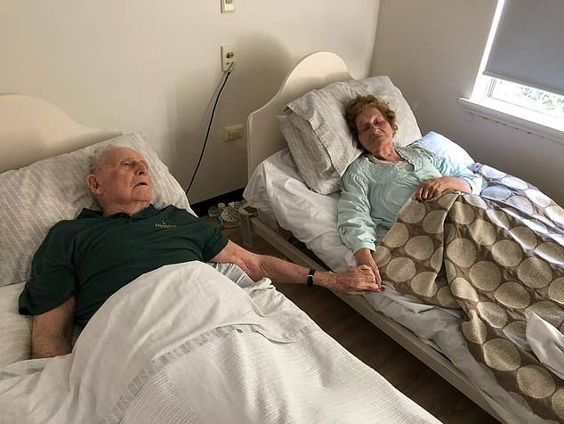 Kisah haru suami istri nikah puluhan tahun meninggal bersamaan berpegangan tangan