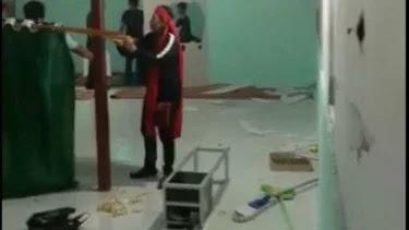 Massa Pakai Ikat Kepala Merah Hancurkan Musala