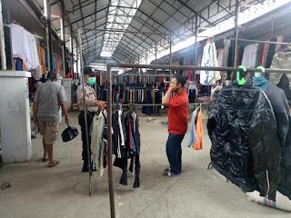 Kontrol Pasar Sentral Enrekang, Aiptu Mika Yosef Pimpin Patroli Pasar