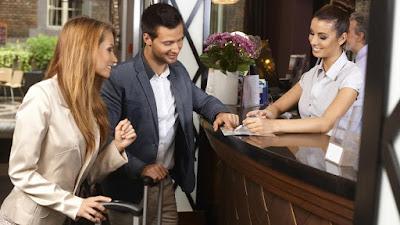 kako-zavesti-zgodnu-recepcionerku-radnicu-u-hotelu-kladionici-za-neobavezni-seks