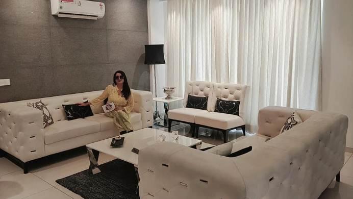 Desain ruangan keluarga rumah minimalis tipe 45 dengan sofa fungsional