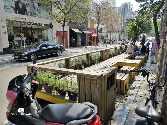 Vista lateral de um dos Parklets instalados na Rua Oscar Freire - Cerqueira César - São Paulo
