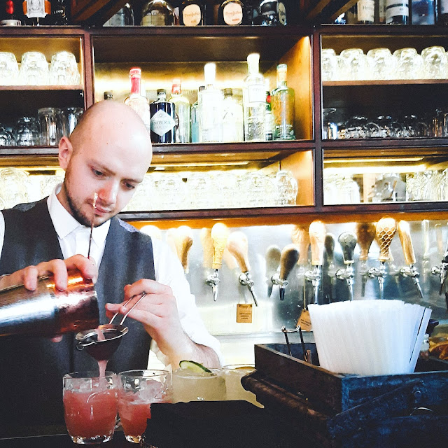 Mr Foggs Gin Parlour, Mixologist making cocktails, gin cocktails