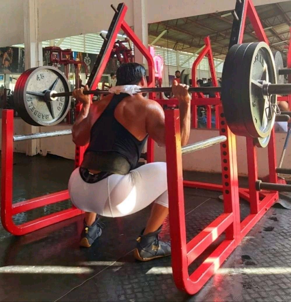 hombre caliente en el gym