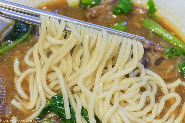 MG 5386 - 吳家莊頂級牛肉麵,永興街人氣牛肉麵,表面鋪著滿滿的牛腱,幾乎看不到底下的麵!