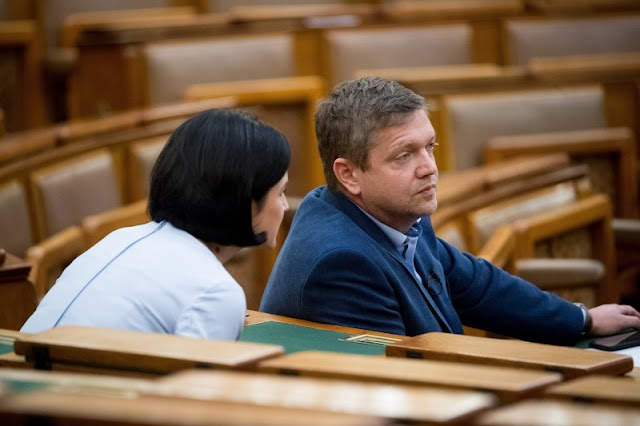 Nem engedték be az MSZP-székházba a tüntető szocialistákat, lemondott egy elnökségi tag