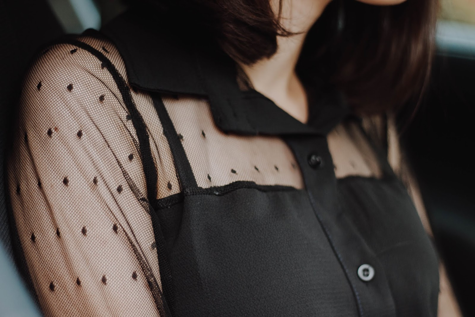 It seems that see through blouses are on the rise again and I, who lately don't really follow major trends, succumbed and ordered one from Femme Luxe. No need for words. It's delicate and, though transparent, it has its elegance (that is, I don't feel like it's too transparent).