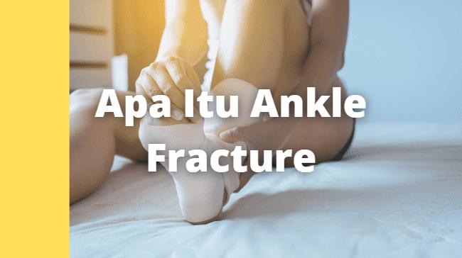 """Apa Itu Ankle Fracture : Pengertian, Tanda dan Gejala, Penyebab, Faktor Risiko Pengertian Ankle Fracture Ankle fracture atau patah tulang pergelangan kaki adalah kondisi saat sendi pergelangan kaki Anda rusak atau bergerak dari posisi normal.   Ankle fracture yang ringan disebut tendonitis dan kondisi yang parah dapat menyebabkan patah tulang. Ankle fracture dapat menyebabkan nyeri dan juga ketidakmampuan melakukan kegiatan sehari-hari.  Tanda dan Gejala Ankle Fracture Gejala yang paling umum kondisi ini adalah nyeri, terdapat pembengkakan atau memar, atau perubahan letak struktur tulang pergelangan kaki.  Penyebab Ankle Fracture Ankle fracture dapat disebabkan oleh berbagai hal, biasanya karena pergelangan kaki Anda terbebani atau tertekan dengan beban yang berat, atau tidak secara sengaja terkilir saat terluka atau terjatuh  Faktor Risiko Ankle Fracture Beberapa faktor yang dapat memengaruhi ankle fracture : Olahraga yang membutuhkan banyak gerakan kaki seperti sepak bola, balet, tenis, atau bela diri Memakai suatu alat bantu atau alat peraga yang tidak pas saat berolahraga, atau rutinitas latihan yang tidak cocok Atlit wanita memiliki risiko yang lebih besar untuk mengalami penyakit ini   Nah itu dia bahasan dari apa itu penyakit Ankle Fracture. Melalui bahasan di atas bisa diketahui mengenai pengertian, tanda dan gejala, penyebab, dan faktor risiko dari Ankle Fracture. Mungkin hanya itu yang bisa disampaikan di dalam artikel ini, mohon maaf bila terjadi kesalahan di dalam penulisan, dan terimakasih telah membaca artikel ini.""""God Bless and Protect Us"""""""