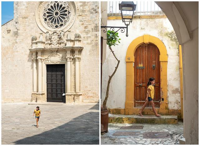 A la izquierda niña corriendo frente a la fachada de la catedral de Otranto. A la derecha niña pasando frente a fachada amarilla y blanca
