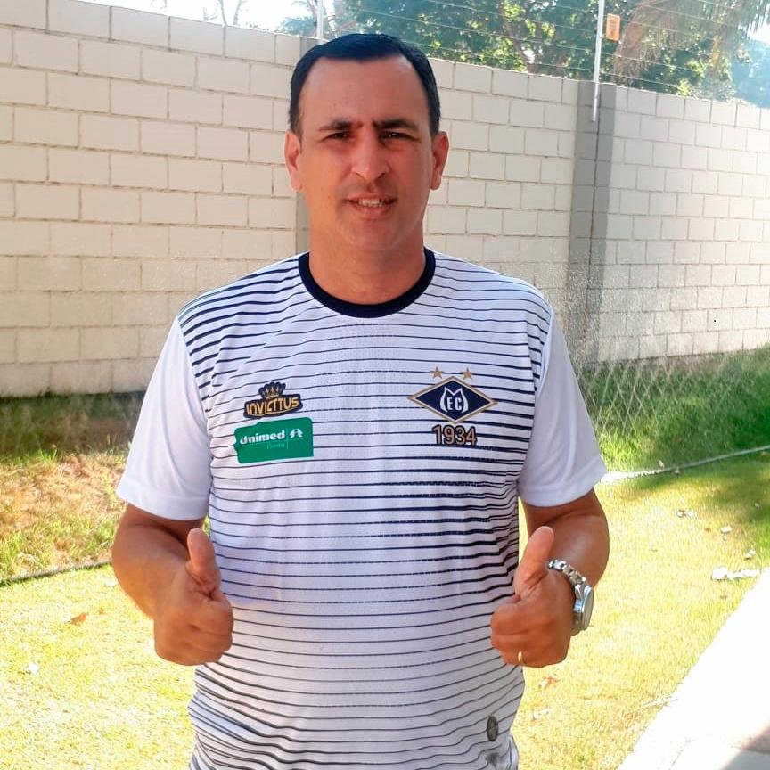 Eduardo Henrique técnico de futebol do Mixto faz sinal de jóia