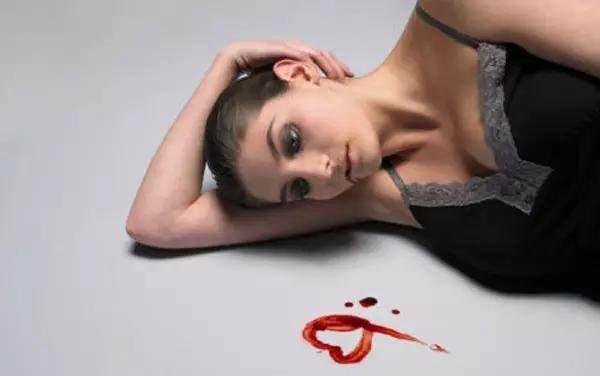 月經來血乾巴巴的就代表著.....這種量少的程度很可怕!!我以為月經來不痛就是正常的阿...
