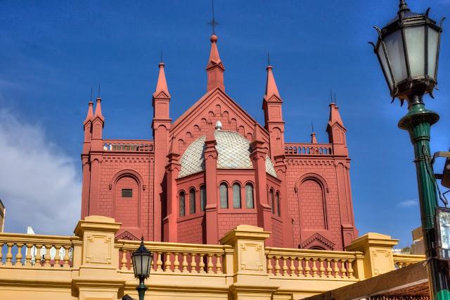predio rosa em formato de igreja