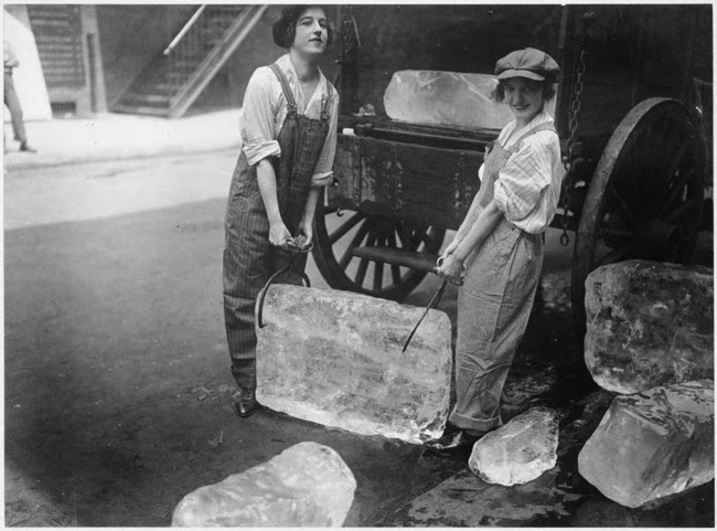 52 photos of women who changed history forever - Girls deliver heavy blocks of ice after male workers were conscripted [1918]