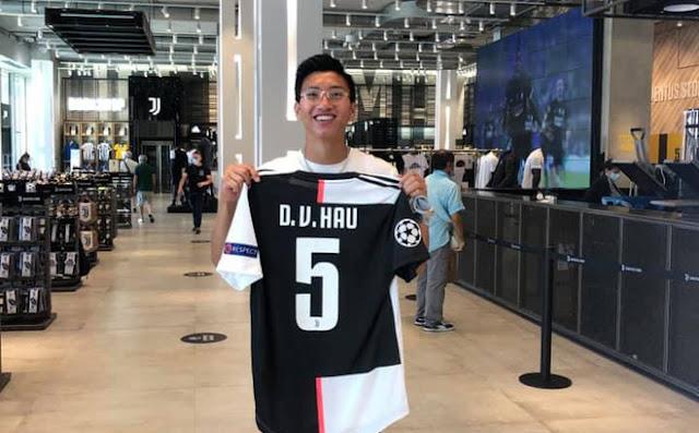Đoàn Văn Hậu vừa khoe chiếc áo lưu niệm ghi tên D.V.Hau với số 5 khi tới thăm trụ sở CLB Juventus