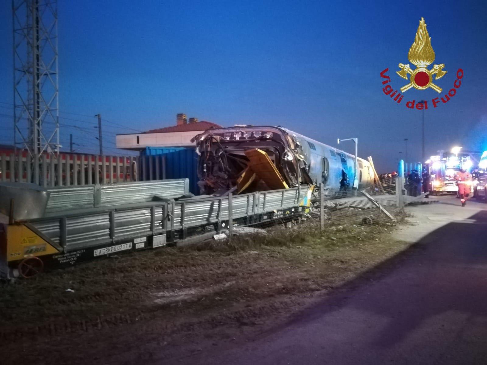 Apgāzusies ātrgaitas vilciena lokomotīve