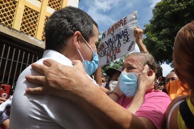 Guaidó fue a comprar sus Sergio Valente al Cementerio en Caracas