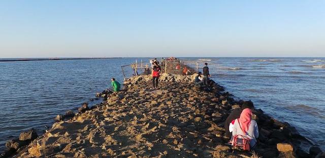 Gambar review pantai kejawanan Cirebon