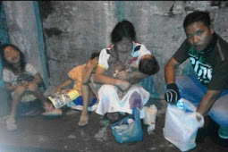 Dicerai Suami dan Diusir Orang Tua, Wanita ini Jual Baju Bekas di Jalan, Ketiga Anaknya Kelaparan. Kisahnya Viral di Media Sosial