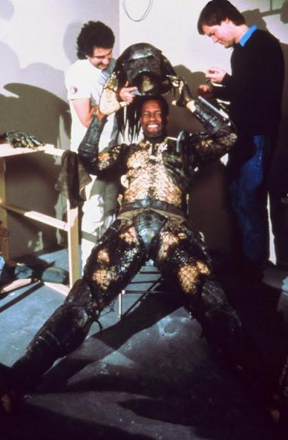 El actor Kevin Peter Hall poniéndose el diseño final del traje del Depredador