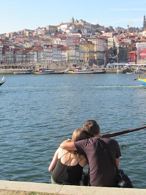 turistas contemplando a cidade do Porto
