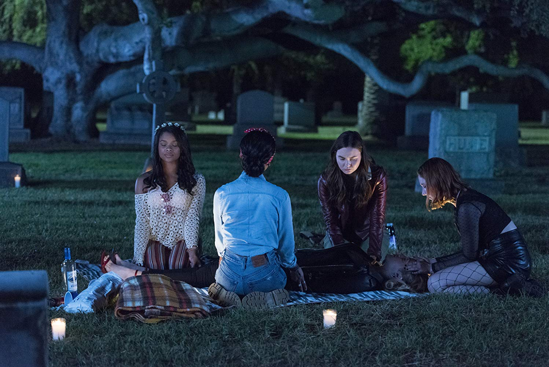 Light as a Feather, Lekkie jak piórko, serial, Hulu, recenzja, HBO GO