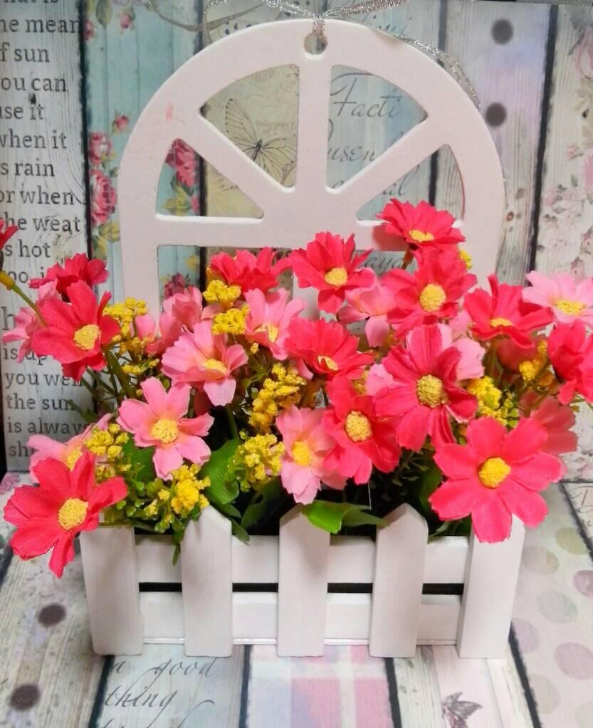 Vas Gantung Dengan Bentuk Menyerupai Pagar Taman Dengan Bunga
