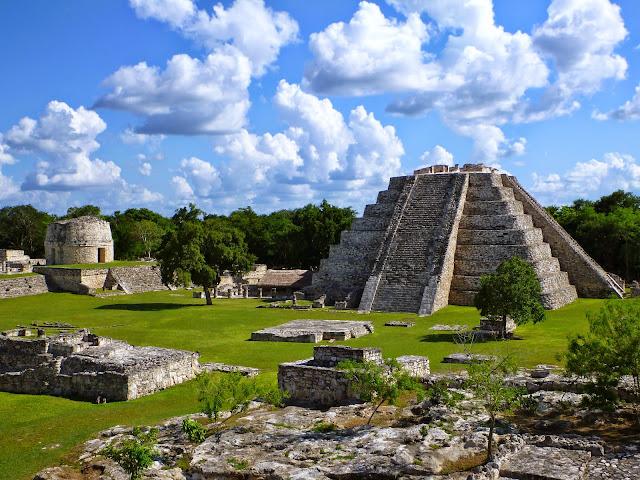 Otro de los hallazgos más importantes en esa zona de Sitpach, fueron cuatro maquetas de piedra, la más grande de 60 centímetros de altura, y que al parecer es una representación en miniatura de la ciudad T'hó.